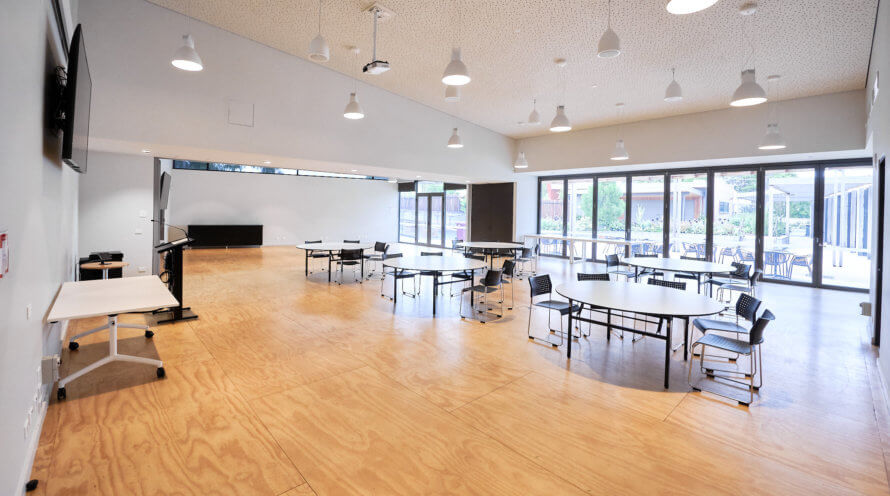 Big double room with chairs and tables